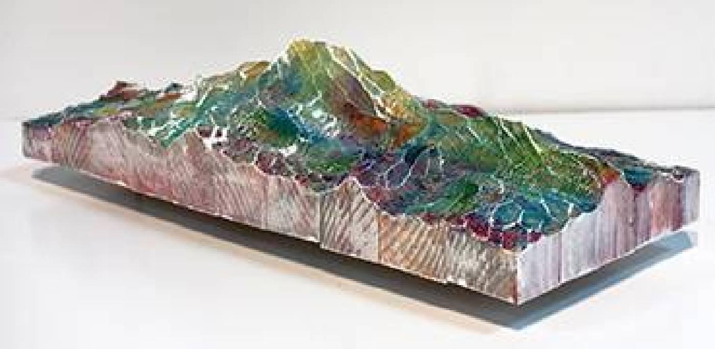 水谷篤司│某個世界的開端—稜線│49×15×12 cm│松木、日本画顔料、岩彩、壓克力顔料、真鍮│2014