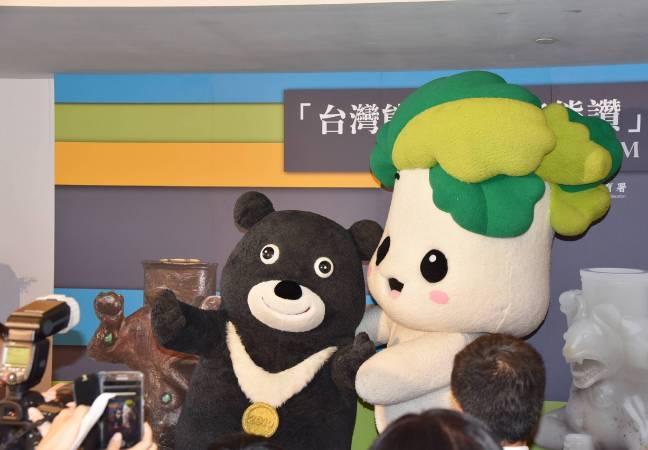 故宮吉祥物翠玉白菜「小翠」與世大運代表「熊讚Bravo」合照,象徵故宮與世大運的合作