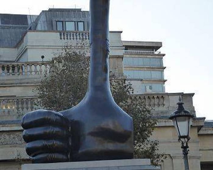 幫自己比讚! 倫敦廣場雕塑激勵市民