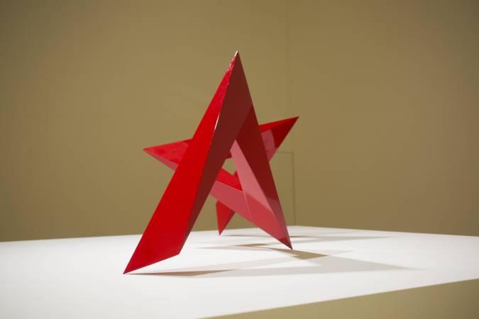 李再鈐,《低限的無限》,1986,不鏽鋼、烤漆,150×70×65cm,展出於北美館「空間行板」。圖/非池中藝術網攝。