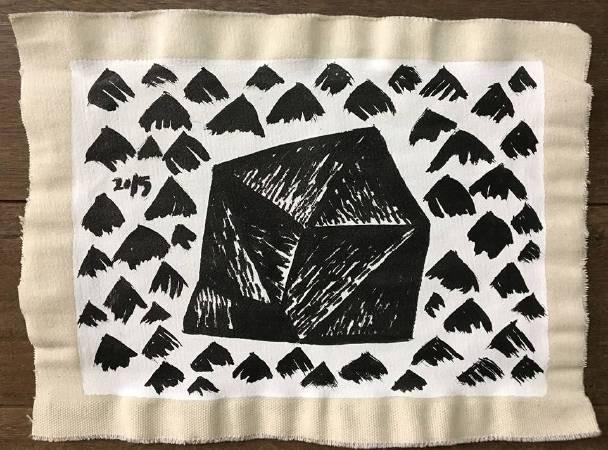 劉秋兒 用黑色墨汁把中央山脈塗在一塊抹水性白底膠的帆布上 26x34cm 2017 帆布