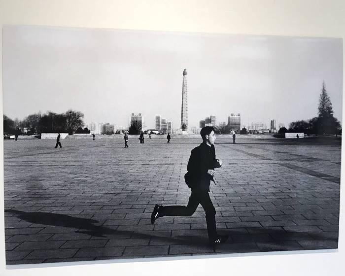 冷靜客觀鏡頭下的專注力─過江:周越的北韓紀實攝影