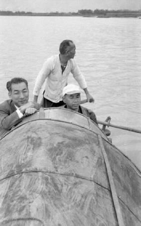 鄧南光《五O年代的鄧南光》,左方微笑的男子就是鄧南光。圖/取自數位島嶼。