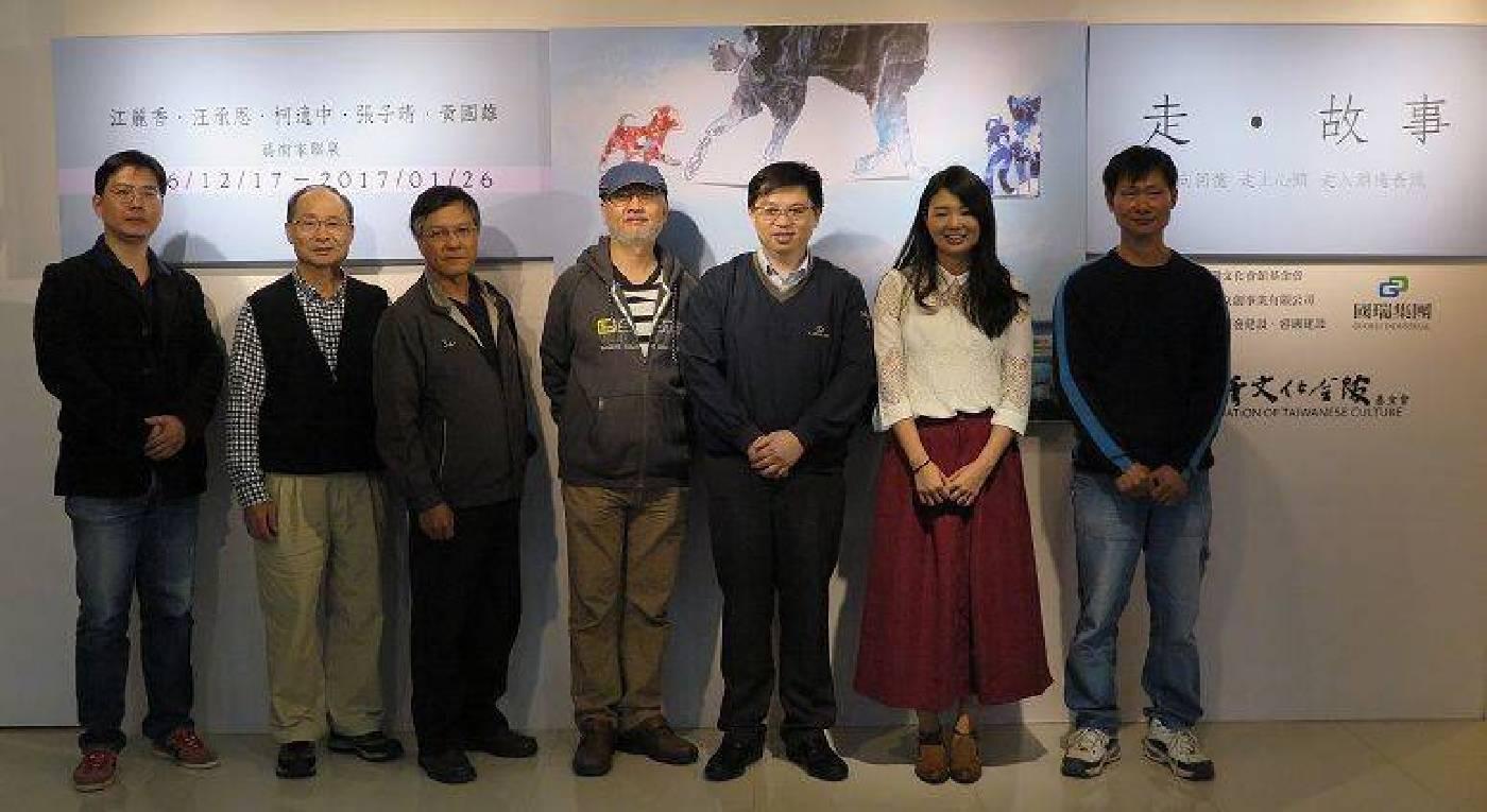 國璽藝術總經理鄭世弘(右三)、與會藝術家及貴賓共同合影。 蔣佳璘/攝影