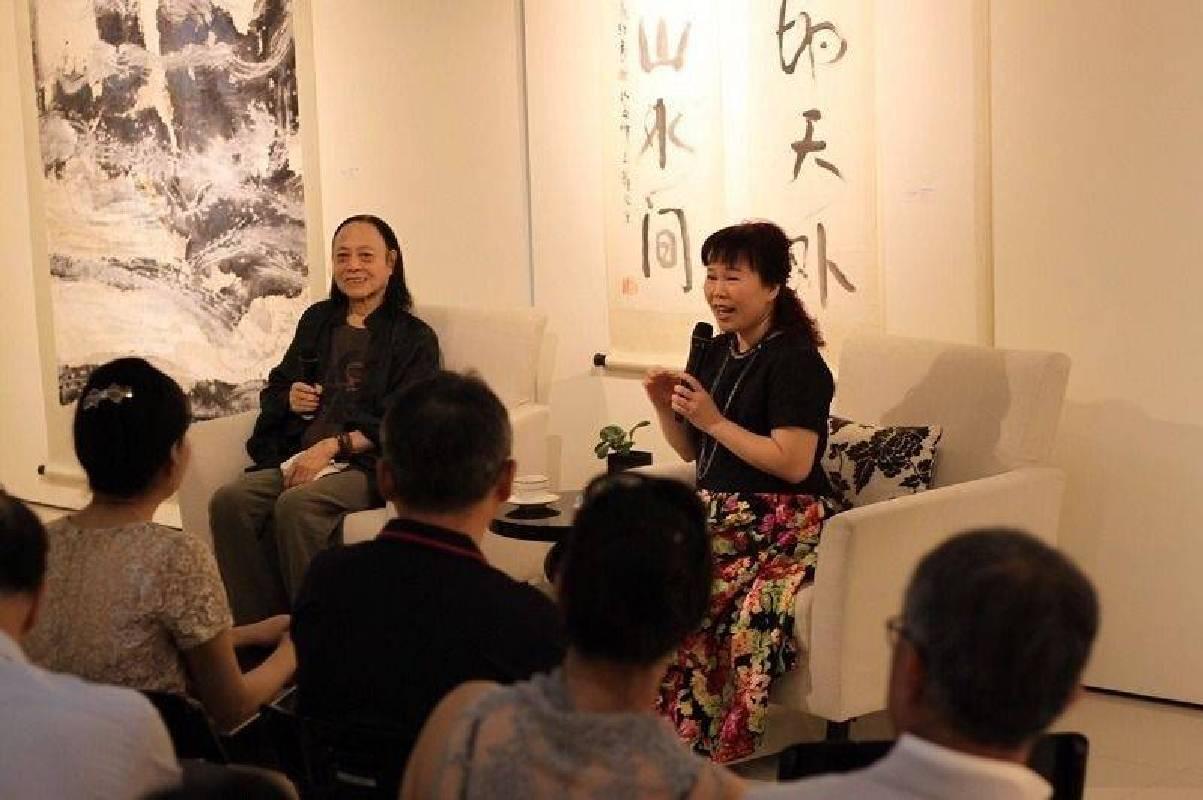 水墨大師-戚維義老師(左)、電台主持人林麗月,與現場參觀來賓進行交流座談。 國璽藝術/提供