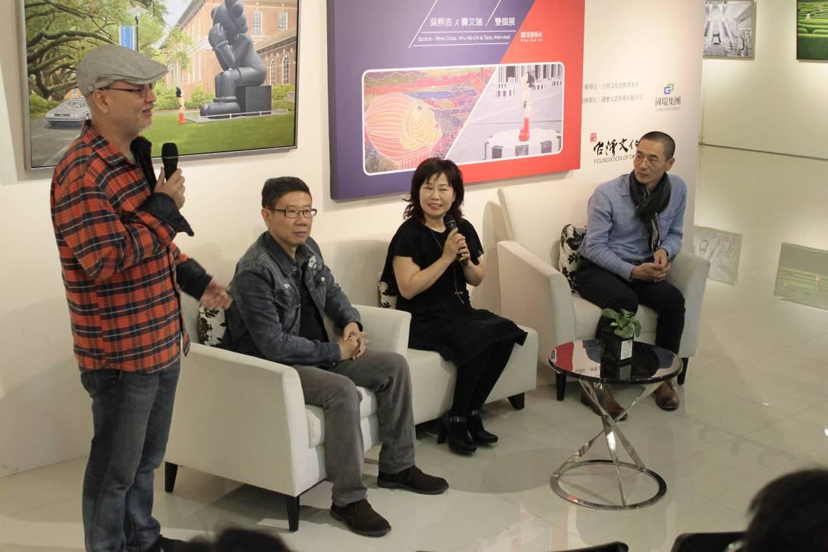「時空際遇」吳熙吉&曹文瑞雙個展,由教授柯適中(左一)致詞。 國璽藝術/提供