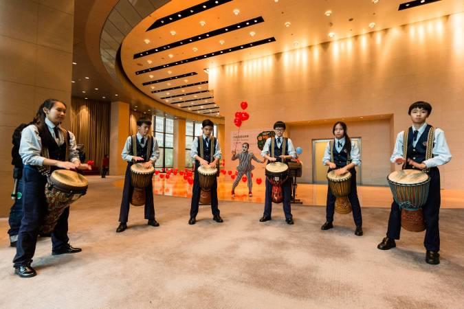大安國中管樂團非洲鼓 & 野孩子肢體劇場演出。圖/台新圓環音樂祭提供。