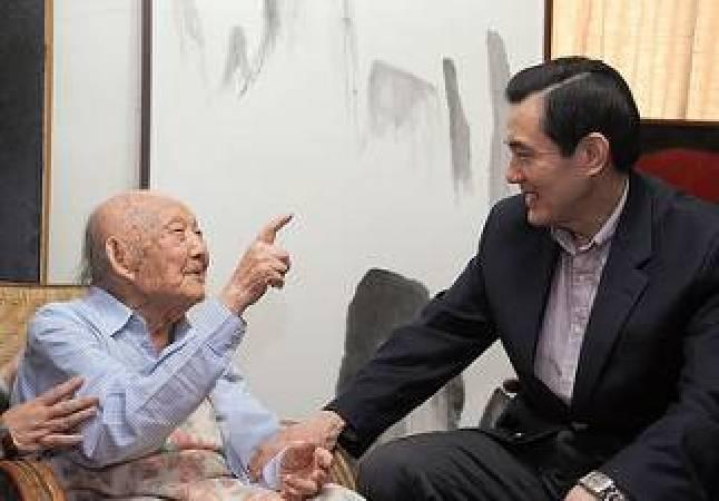 102年5月,前總統馬英九訪視國寶級畫家王攀元。圖/取自flickr。