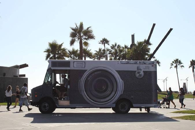(示意圖)藝術家JR在藝術計畫「Inside Out Project」所使用的照相亭車。圖/取自Wikipedia。