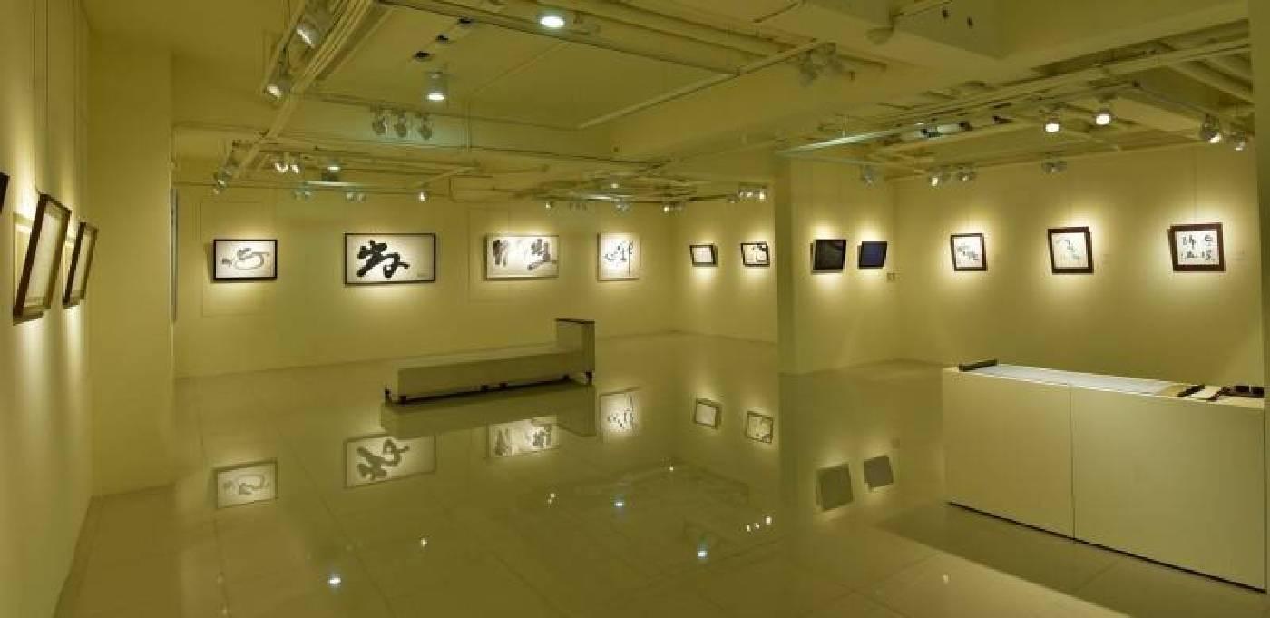 曾文祺在台中國璽藝術舉辦「心花朵朵開書法展」,讓人看見不一樣的書法藝術。(曾文祺)