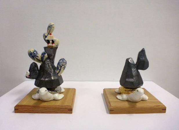 葉怡利 <金龜山、銀龜山>,2018,陶瓷、塑膠積木,一組2件 14x14x22.5 cm & 14x14x18cm