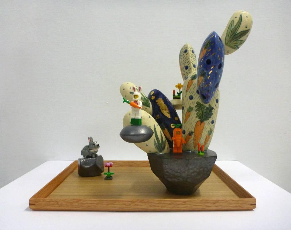 葉怡利 <紅彩頭步步高>,2018,陶瓷、現成物、塑膠積木,36x27x33cm
