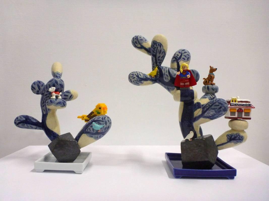 葉怡利 <無法抗拒的美式POP>,2018,陶瓷、塑膠積木、模型玩具,一組2件 19x9x20.5 cm & 24x15x26 cm