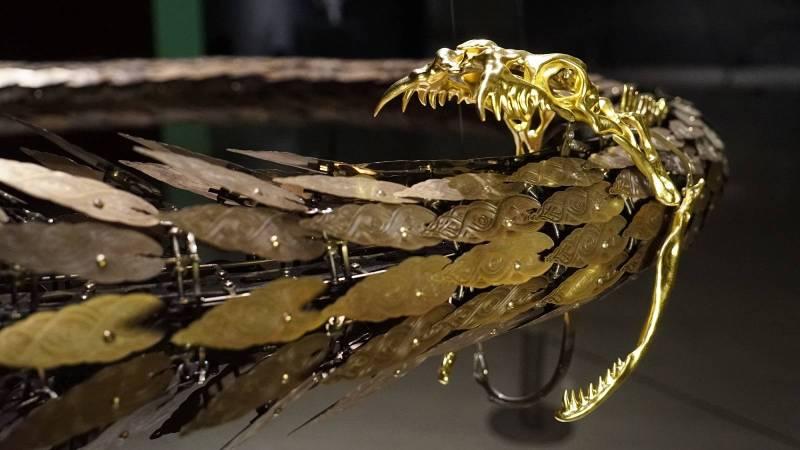 崔旴嵐 Choe U Ram 銜尾蛇 130(W) x 130(D) x 12(H) cm 2012 金屬材料、樹脂、24K金箔、馬達、電子器件、中央處理板