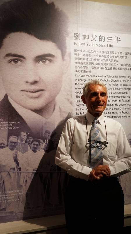 劉一峰神父與18歲肖像照合影