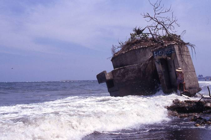 柯金源_Sever Coastal Erosion Causing the Collapse of a Seaside Fortress ©KE Chin-Yuan and TFAM