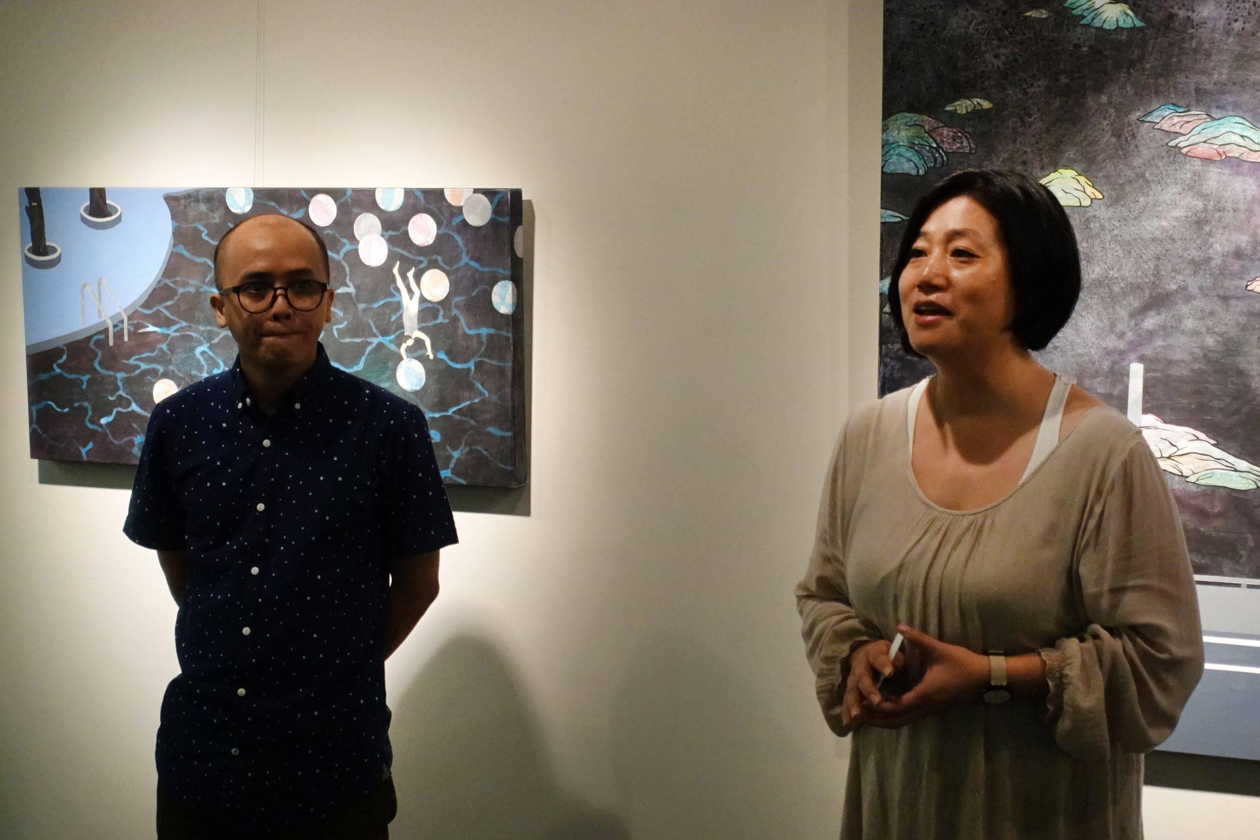 阿波羅畫廊張凱迪總經理現場說明藝術家的作品內涵。