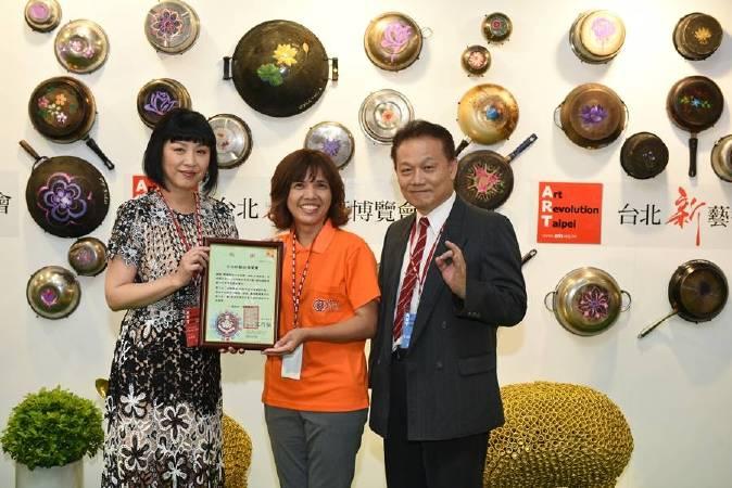 台北新藝術博覽會大會主席周貝芬(左)接受「弘道老人福利基金會」特別致贈感謝狀。