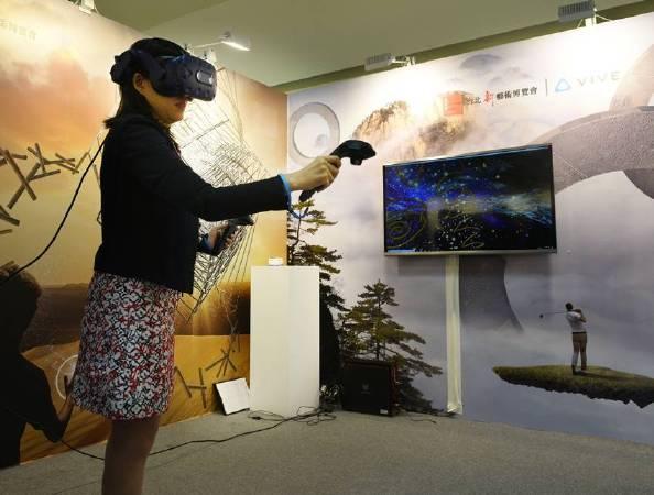 「VR藝術創作」展區民眾體驗後覺得很驚艷、很真實、很酷。