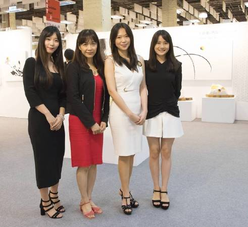 藝術家瑪馨玲+陳誼欣聯手創作熱賣售出333件,打破台北新藝博會記錄。