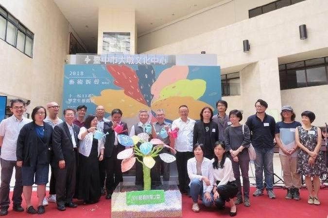 臺中市副市長張光瑤(中)與各展出校系代表展覽開幕合影。
