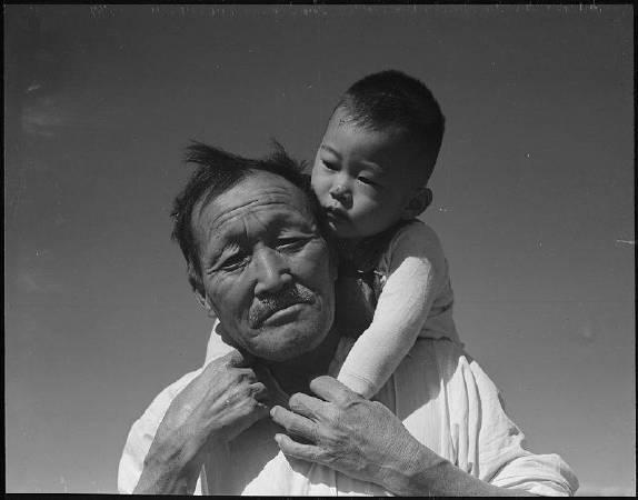Dorothea Lange《Grandfather and grandson at Manzanar Relocation Center》。圖/取自Wikipedia。