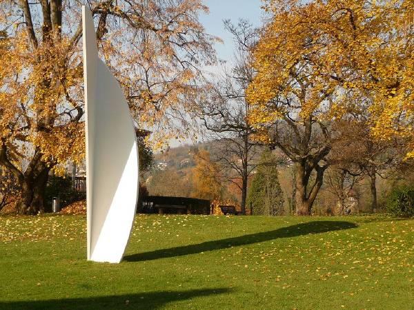 Ellsworth Kelly的雕塑,位於瑞士貝耶勒基金會美術館。圖/取自Wikipedia