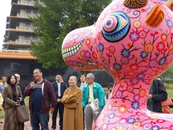 藝術家洪易在佛陀紀念館開幕現場導覽
