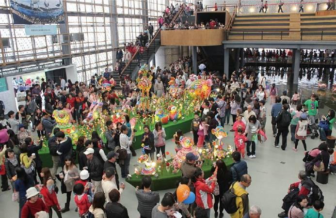 2013 花博公園洪易展覽流行館內人潮絡繹不絕