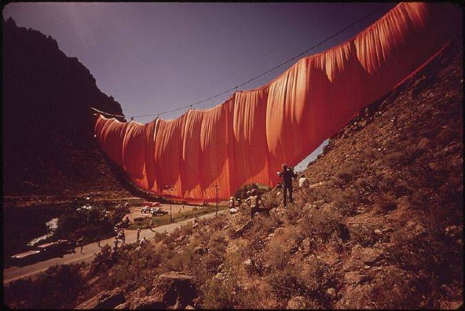 Christo and Jeanne-Claude《Valley Curtain》,1970-72。圖/取自wikimedia