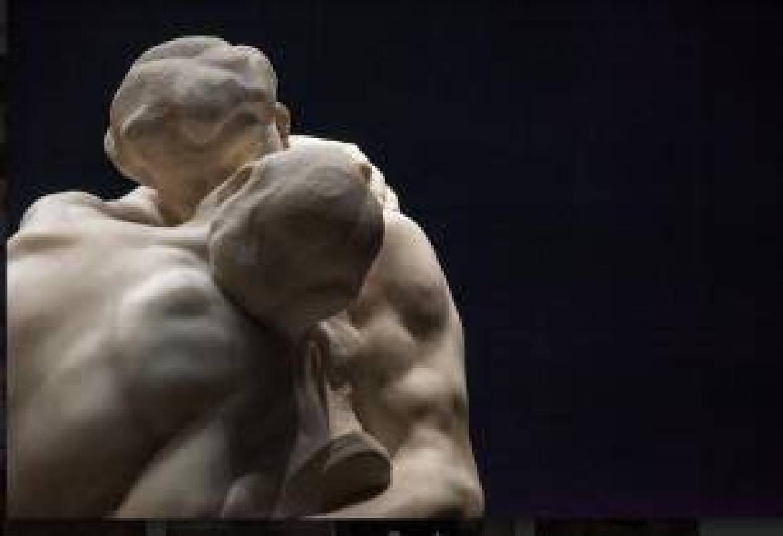 奧古斯特‧羅丹,〈吻〉(局部),1901-4,於橫濱美術館展出(照片提供:高雄市立美術館)