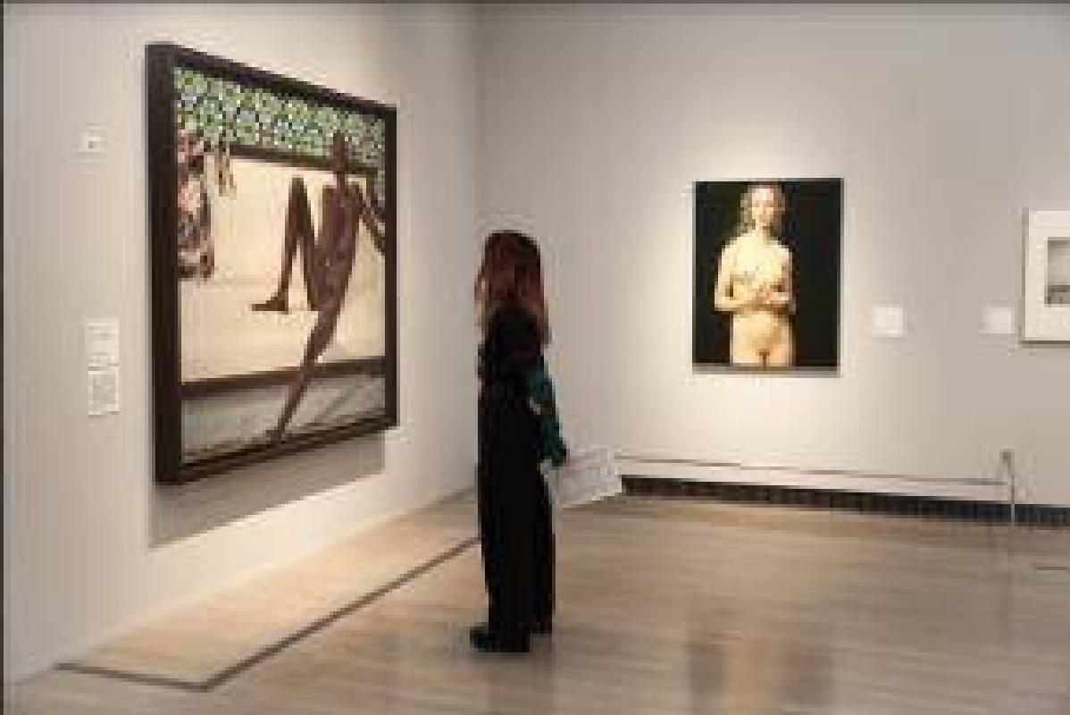 觀眾於日本橫濱美術館《裸:泰德美術館典藏大展》(ヌード NUDE ー英国テート・コレクションより)欣賞作品。(照片提供:高雄市立美術館)