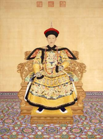 郎世寧,《清高宗乾隆帝朝服像》。圖/取自Wikipedia。