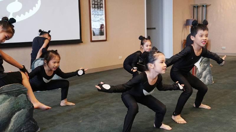黑熊舞蹈表演