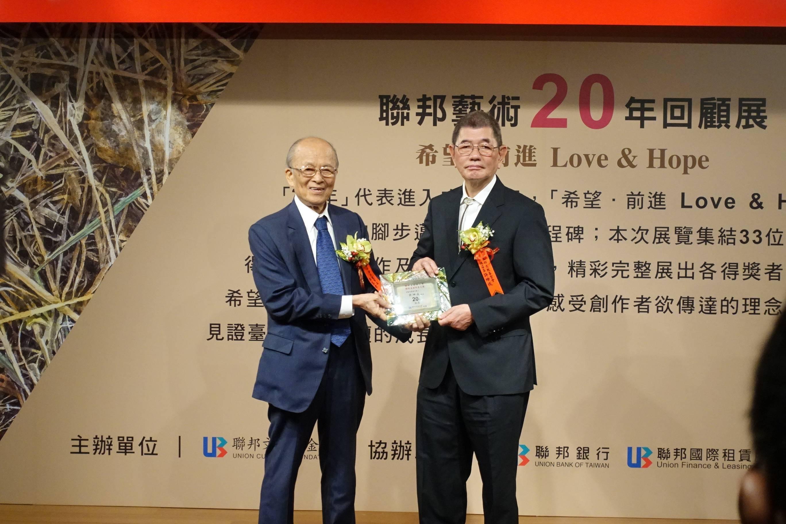 頒發獎牌給予聯邦美術獎召集人許坤成教授。