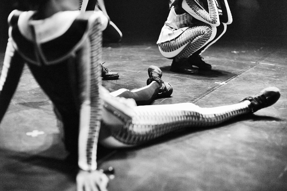 蹲與坐在地板上的舞者 Break 2013 藝術紙輸出 Fine Art Printing
