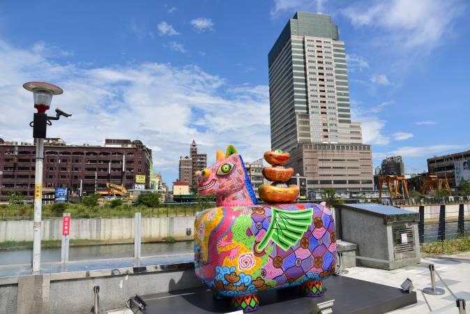 《馬上發財》坐落於老街溪河岸,帶給市民滿滿的祝福,飛越龍騰。
