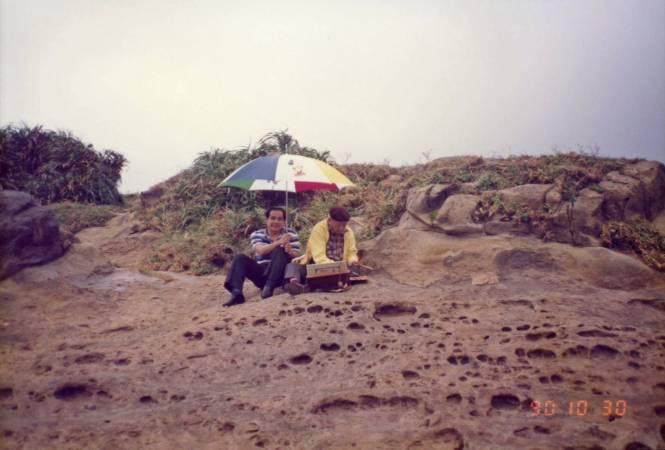 楊三郎老師進入寫生狀態,微雨時分,歐先生為其撐傘。