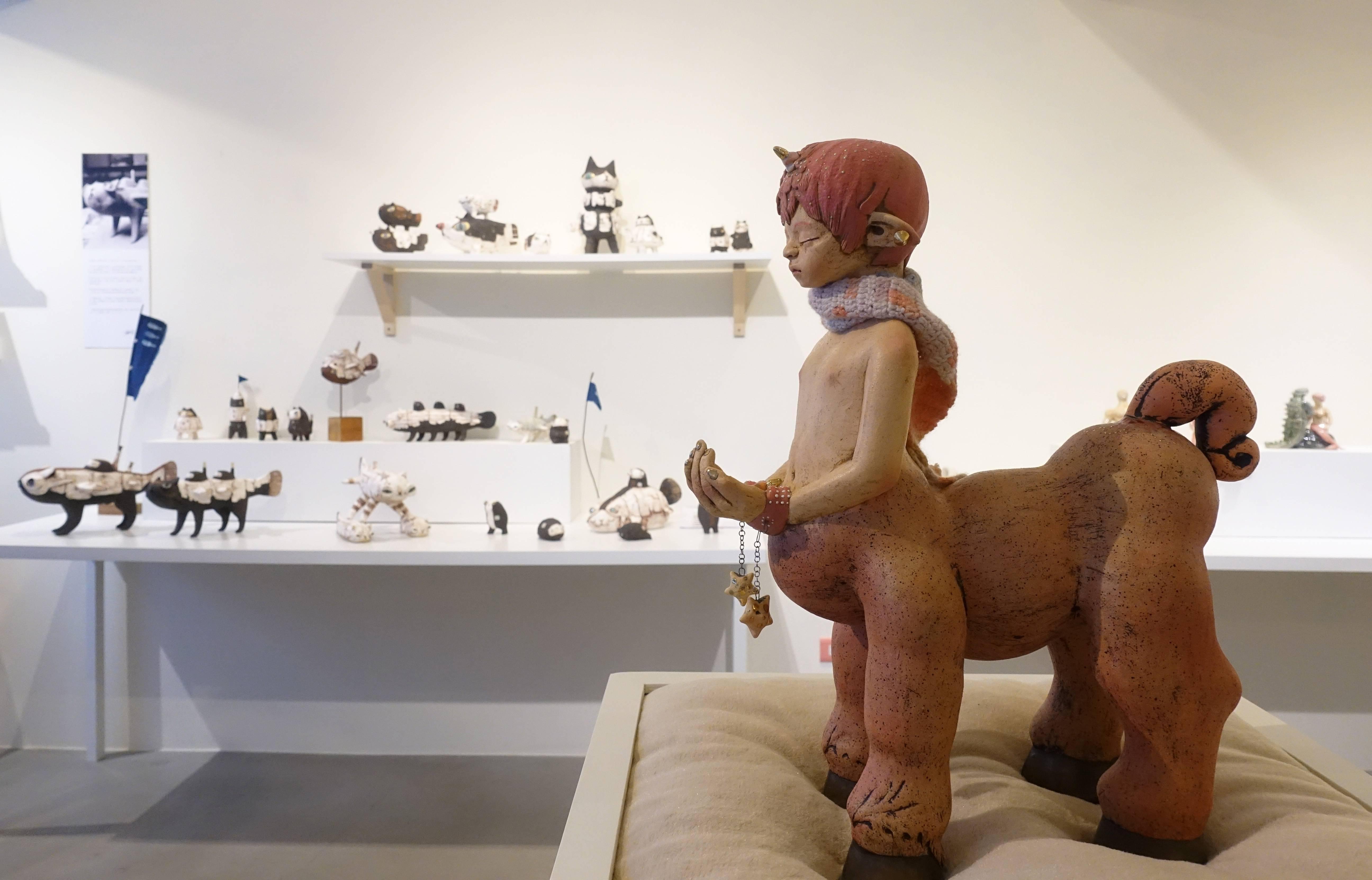 楊宗嘉,《童心未泯系列:獨角獸男孩》,雕塑土、色料、釉下彩、釉上彩、1200度氧化燒成、樹脂、鎳絡絲、毛線,38cmx16cmx45cm,2018。