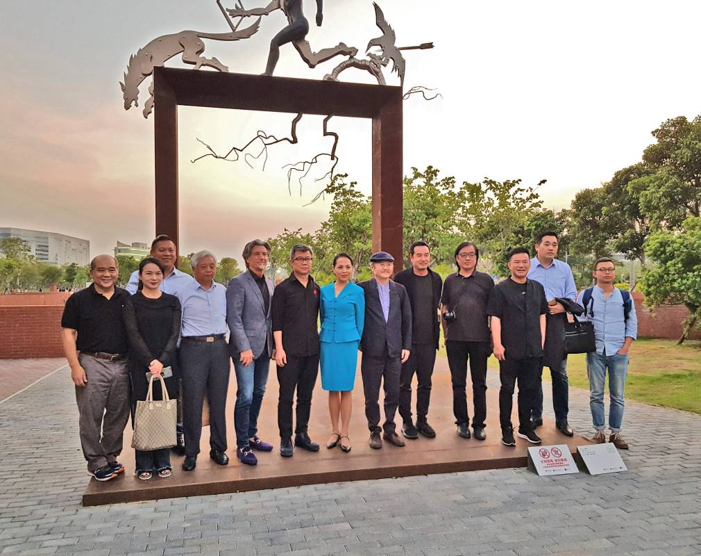 藝術家洪易與印象畫廊歐先生合影於藝術家王中「臨界門」前(2017 青銅、不鏽鋼、鋼板 710x580x828cm)