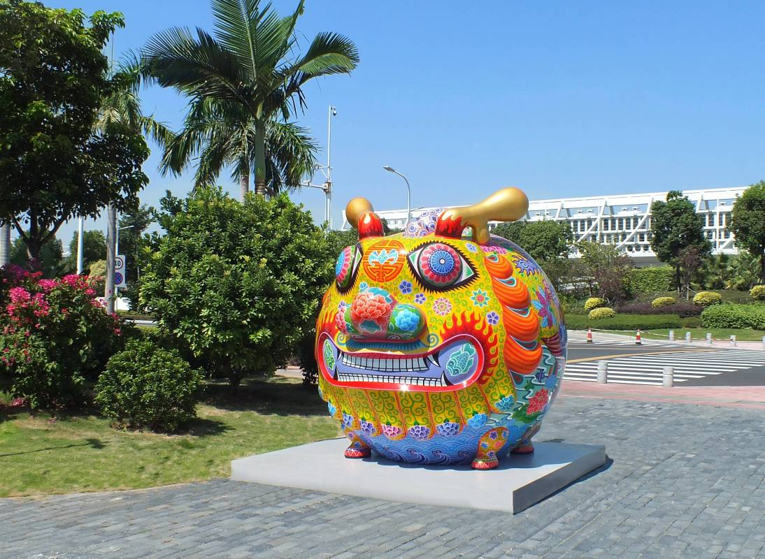 洪易「大圓龍」展出於廈門海絲文化廣場大門口,與鋼鐵圓龍創造雙龍搶珠效果,精彩美麗