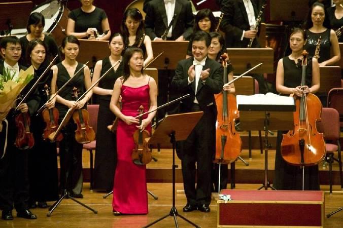 指揮家廖嘉弘教授與小提琴獨奏黃美菁老師演出令人激賞