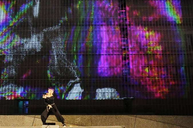 首發表演由來自越南的新媒體藝術家Crazy Monkey和The Boxcollective,結合音樂團隊「安南」以及真人舞者,將越南傳統的音樂融入現代電音元素,以光雕投影的方式,將解構感的粒子打在展演中心的建築牆面上,附近民眾紛紛帶著野餐墊來到藝文廣場草地上,享受秋季的熱鬧夜晚。