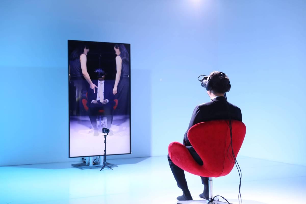 另外一組日本新媒體團隊帶來融合VR和現代舞的沉浸式體驗作品〈鏡〉, 體驗者戴上VR裝置後,便由舞者帶領他,展開一趟穿梭在不同空間中的探索旅程。同時,畫面透過時間差,將觀者映照在「鏡像」上,使觀眾的視覺認知扭曲,進而產生一種身體和頭腦有落差的奇異感受。隨著真實與虛擬環境的邊界開始混淆,觀眾也開始無法分辨真實與虛構,究竟在鏡子裡的影像是他者,還是自身?VR(Virtual Reality,虛擬實境)和 AR (Augmented Reality,擴增實境)結合,帶來全新的SR體驗 (Substitutiona