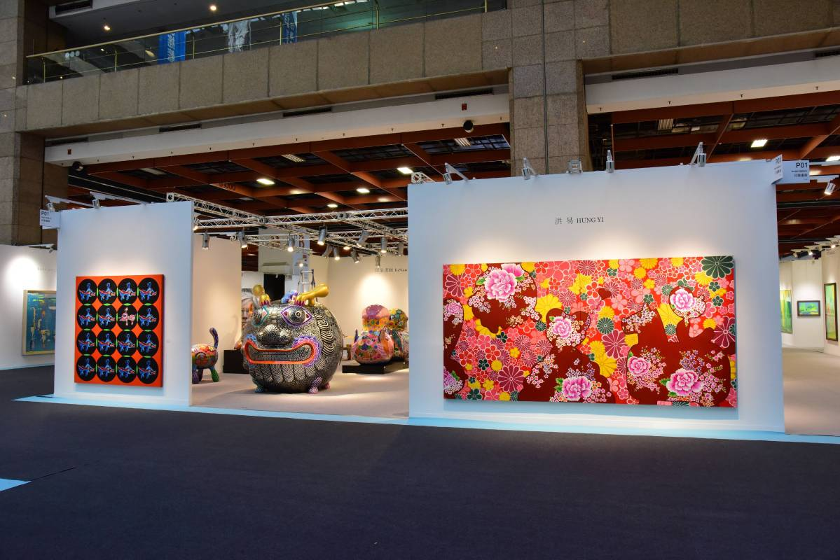 印象畫廊展位P01鄰主走道,大圓龍氣魄非凡,後現代文明的鋼鐵線條精緻動人,平面作品展出「牡丹驚艷」與「向左有」