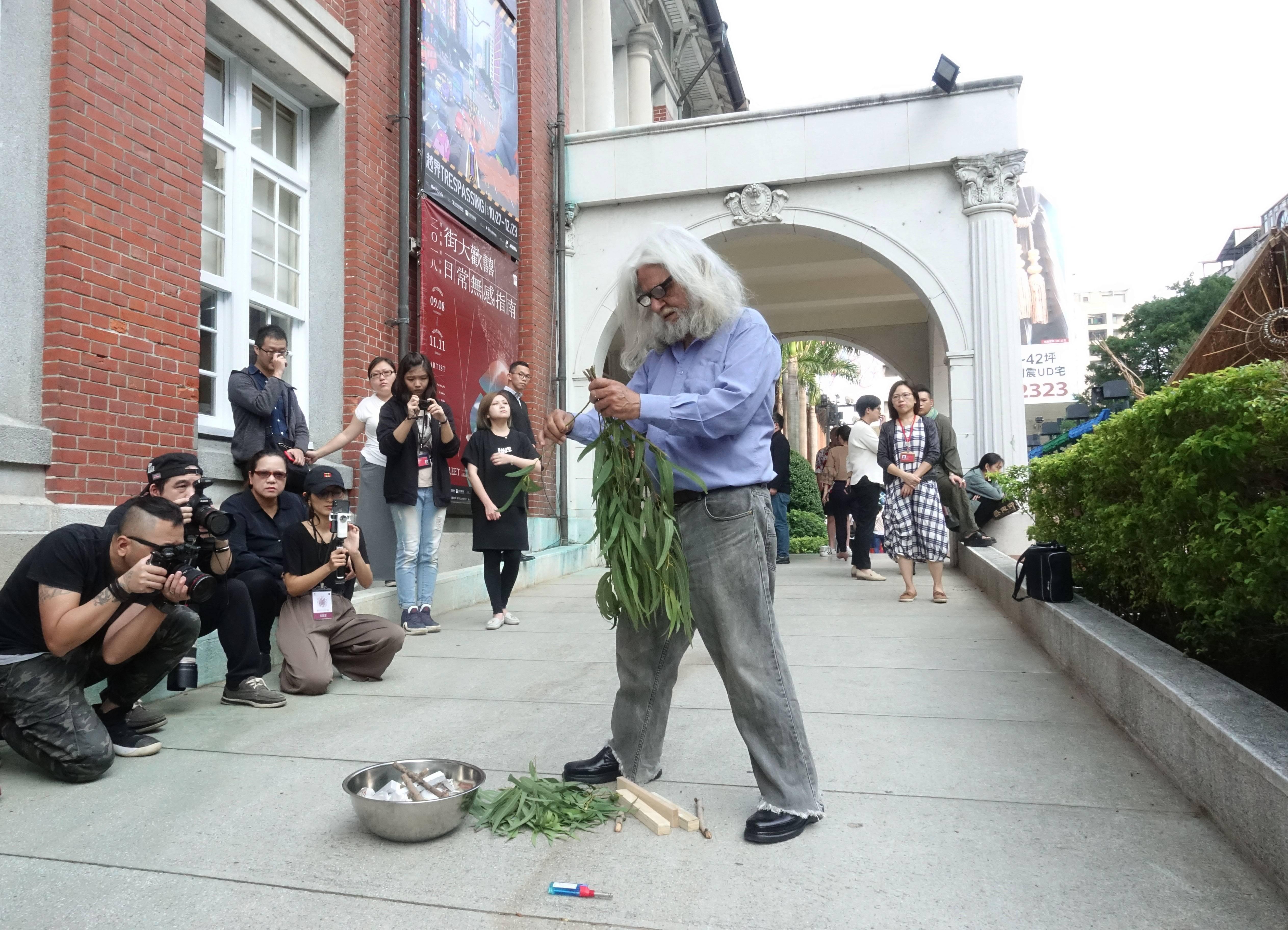 澳洲原住民長老賴瑞.沃許(Uncle LarryWalsh)演示傳統祈福淨化儀式,以尤加利葉燃燒所產生的煙霧來為這次的活動及參與者祈福。