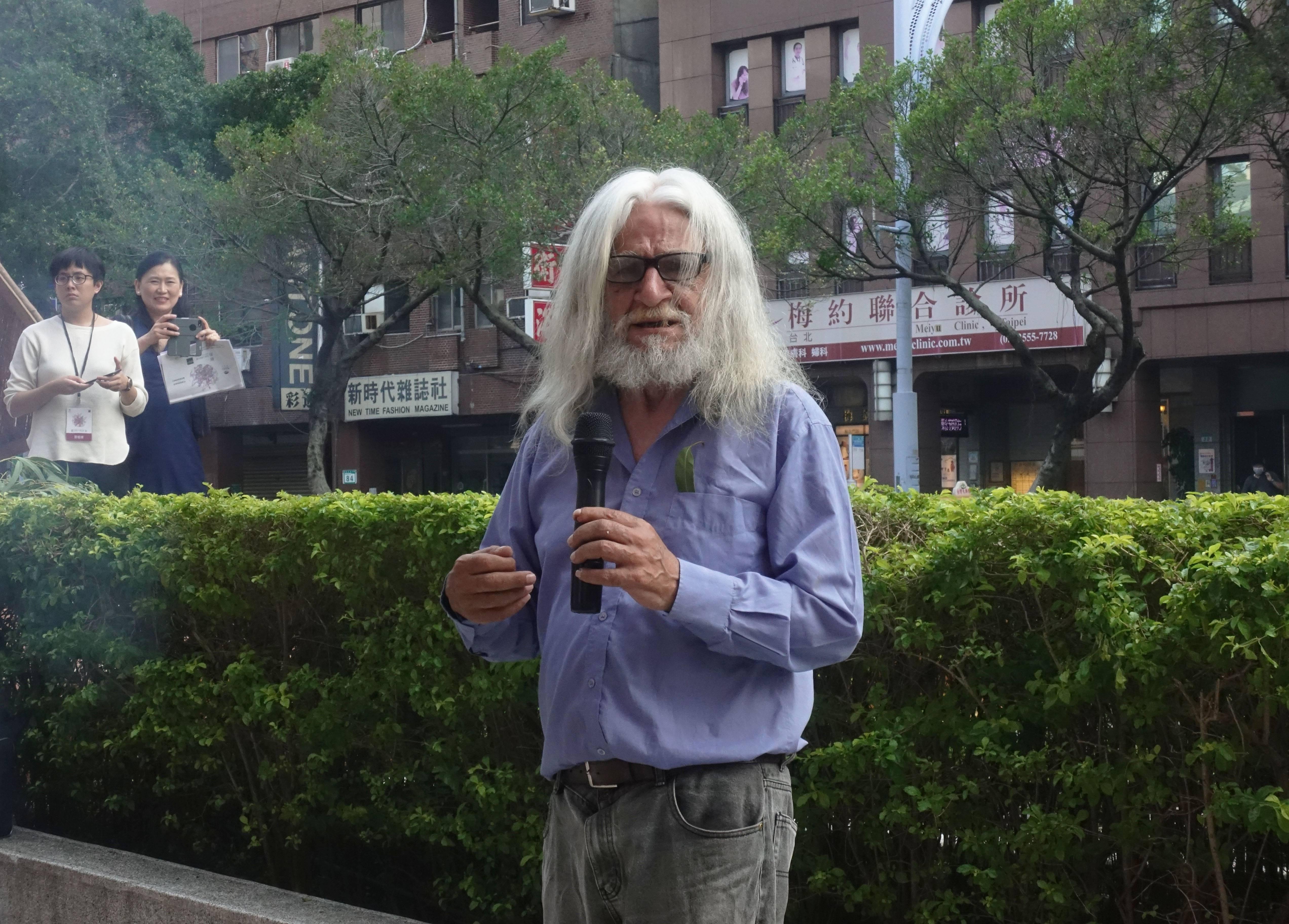 澳洲原住民長老賴瑞.沃許(Uncle LarryWalsh)與媒體記者朋友解釋說明祈福儀式。