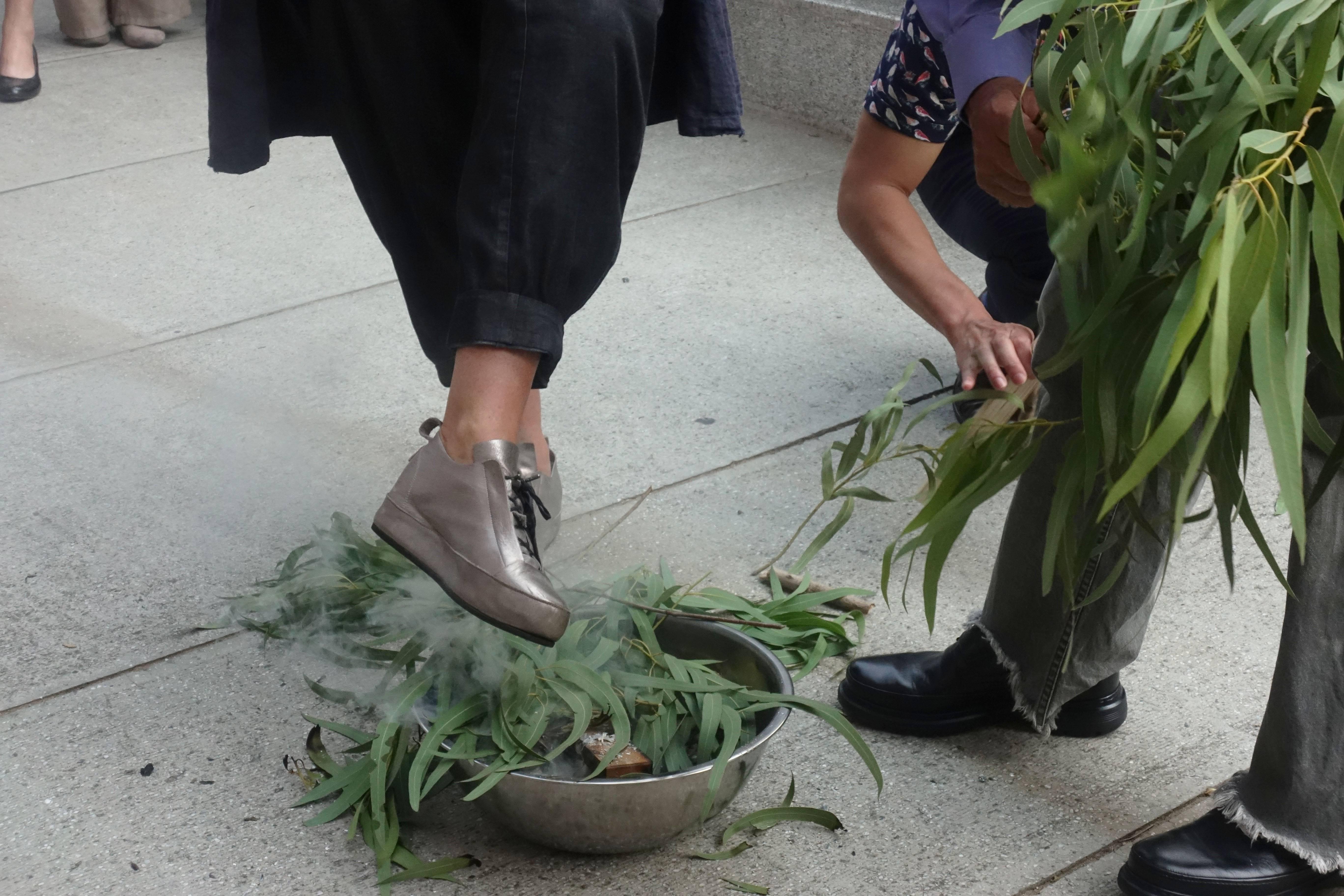 澳洲明日藝術節總監卡洛琳.馬汀(Caroline Martin)依照澳洲原住民長老賴瑞.沃許(Uncle LarryWalsh)演示傳統祈福進行全身淨化儀式。