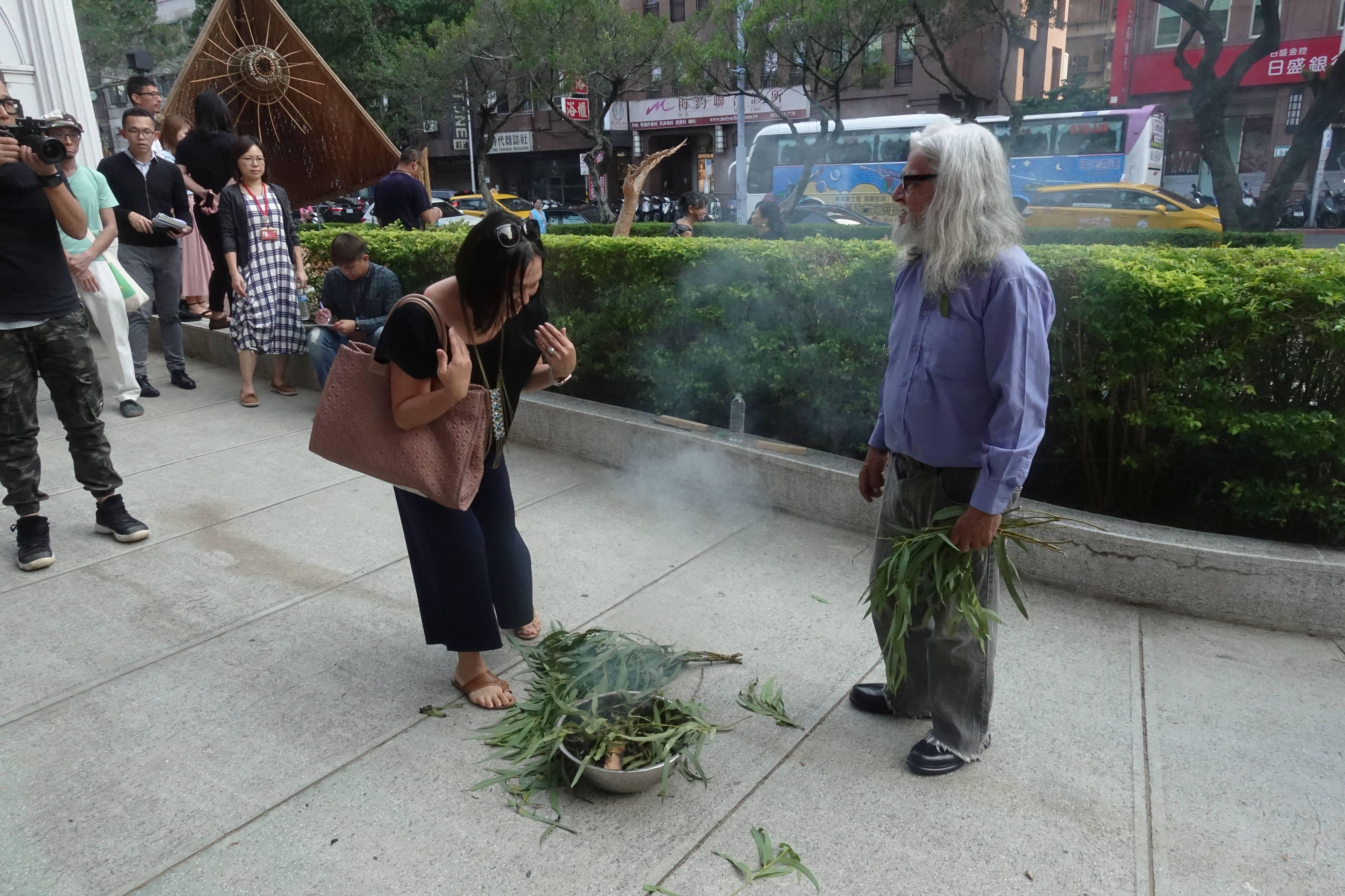 台灣媒體記者朋友依照澳洲原住民長老賴瑞.沃許(Uncle LarryWalsh)演示傳統祈福進行全身淨化儀式。