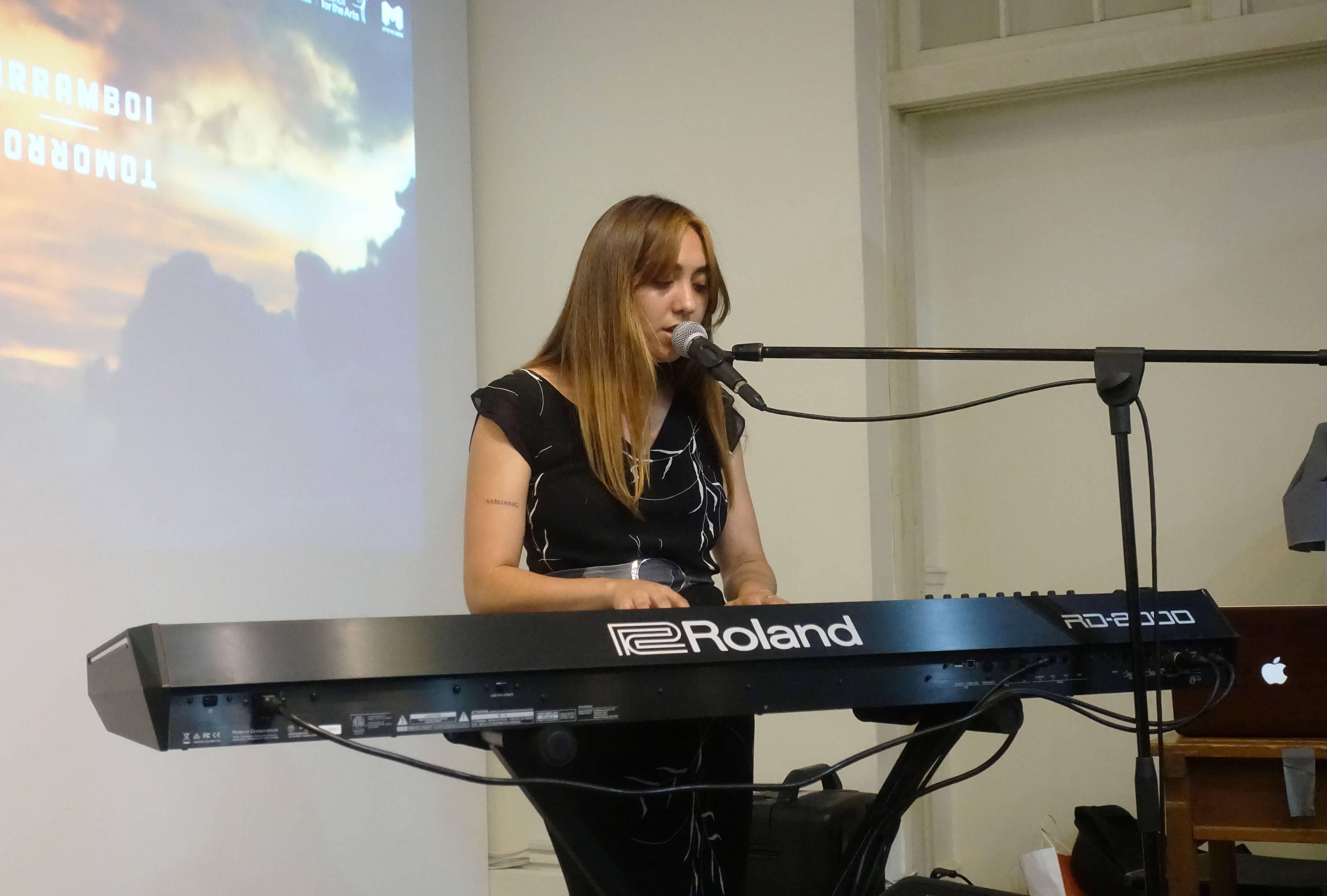 澳洲藝術家艾麗絲.史凱(Alice Skye),為記者會前演唱,展開序幕。